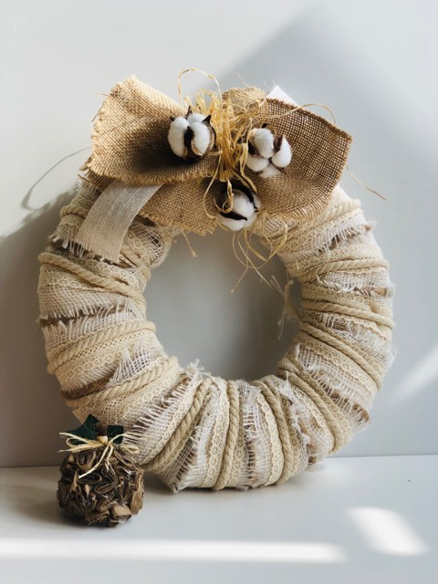 Beautiful rustic layered lace ribbon, rope, burlap with easy to make make bow Learn how to make layered ribbon Christmas wreath. Laced ribbon wreath. Simple folded bow DIY . White Christmas Wreath