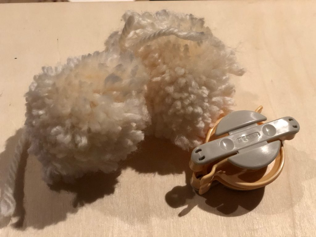 pom-pom making machineChic White Pom-Pom Christmas Tree. Easy yarn Christmas Tree. Learn how to make easy pom pom. Chunky yarn tree diy